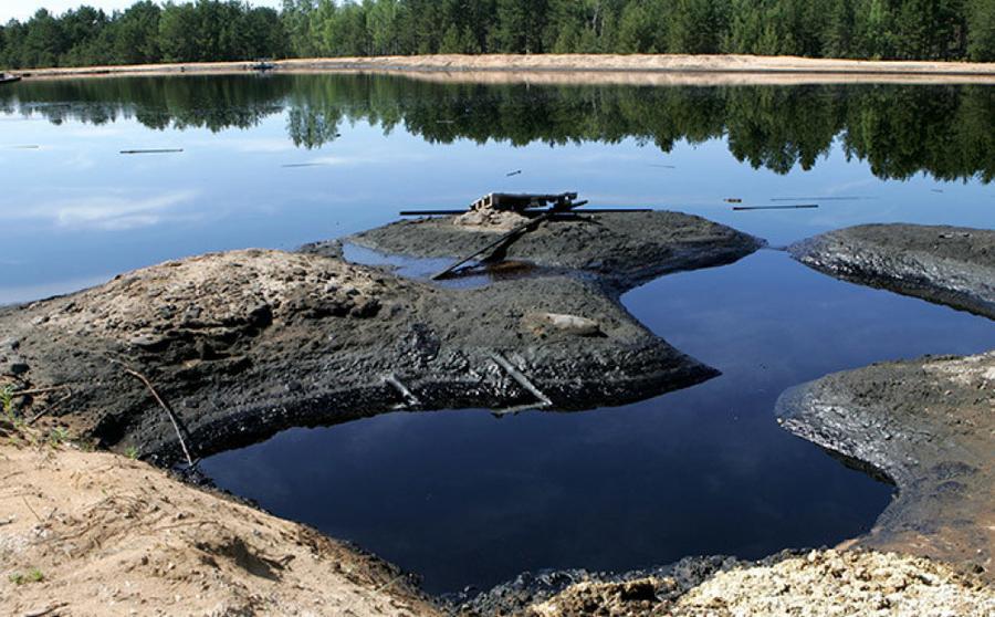 Изображение озера, загрязненного кислым гудроном